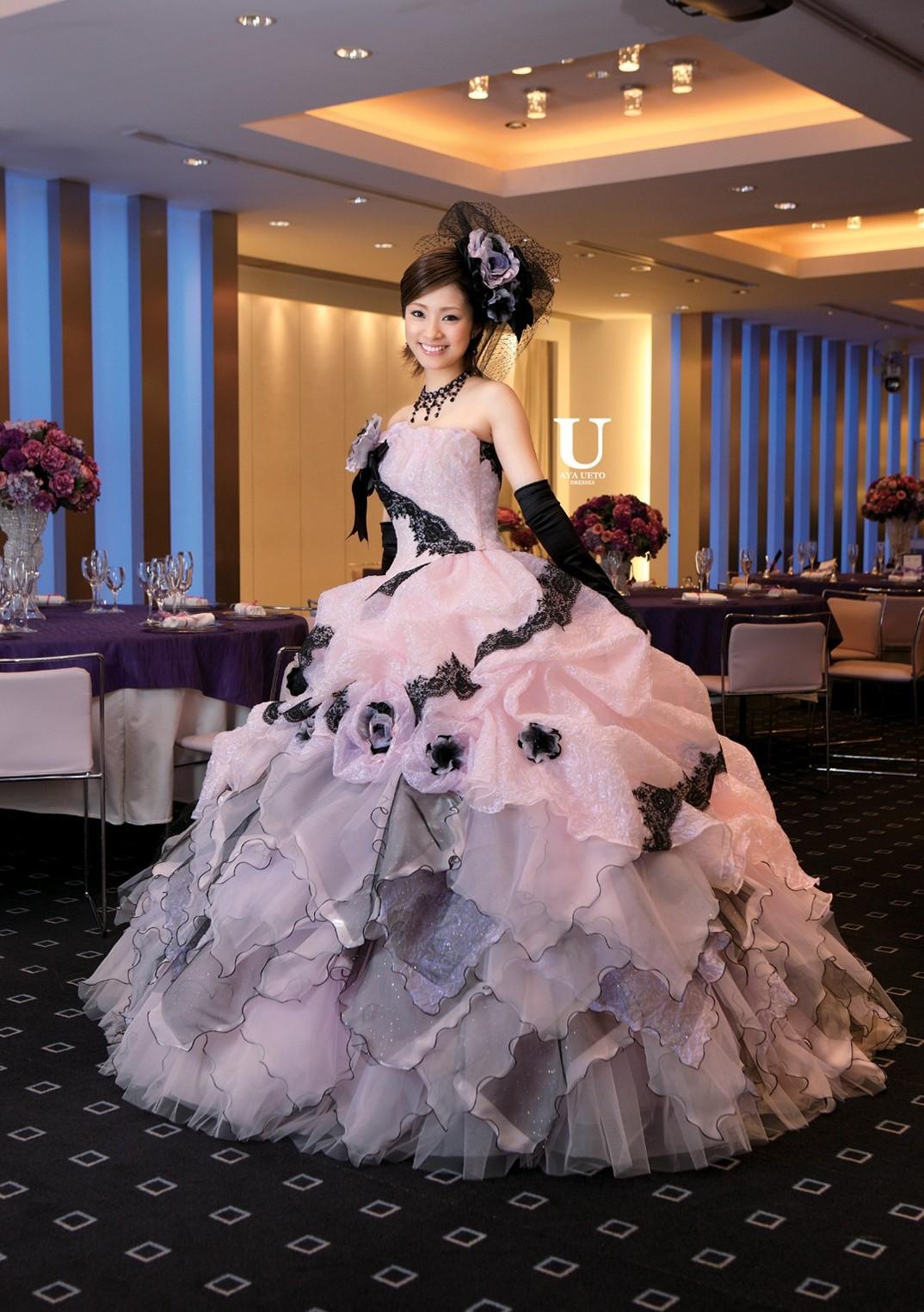 ピンクと黒のドレスの上戸彩